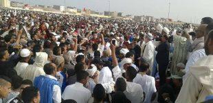"""هكذا """"ثــار"""" مصلون على إمام صلاة العيد في بوجدور ـ فيديوـ"""
