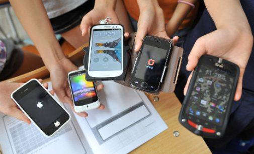 وزير التعليم الجديد يمنع استعمال الهواتف بالمؤسسات التعليمية