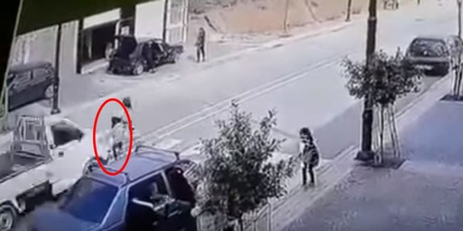 صورة بالفيديو..طفلة تنجو بأعجوبة من حادثة سير خطيرة بالحسيم