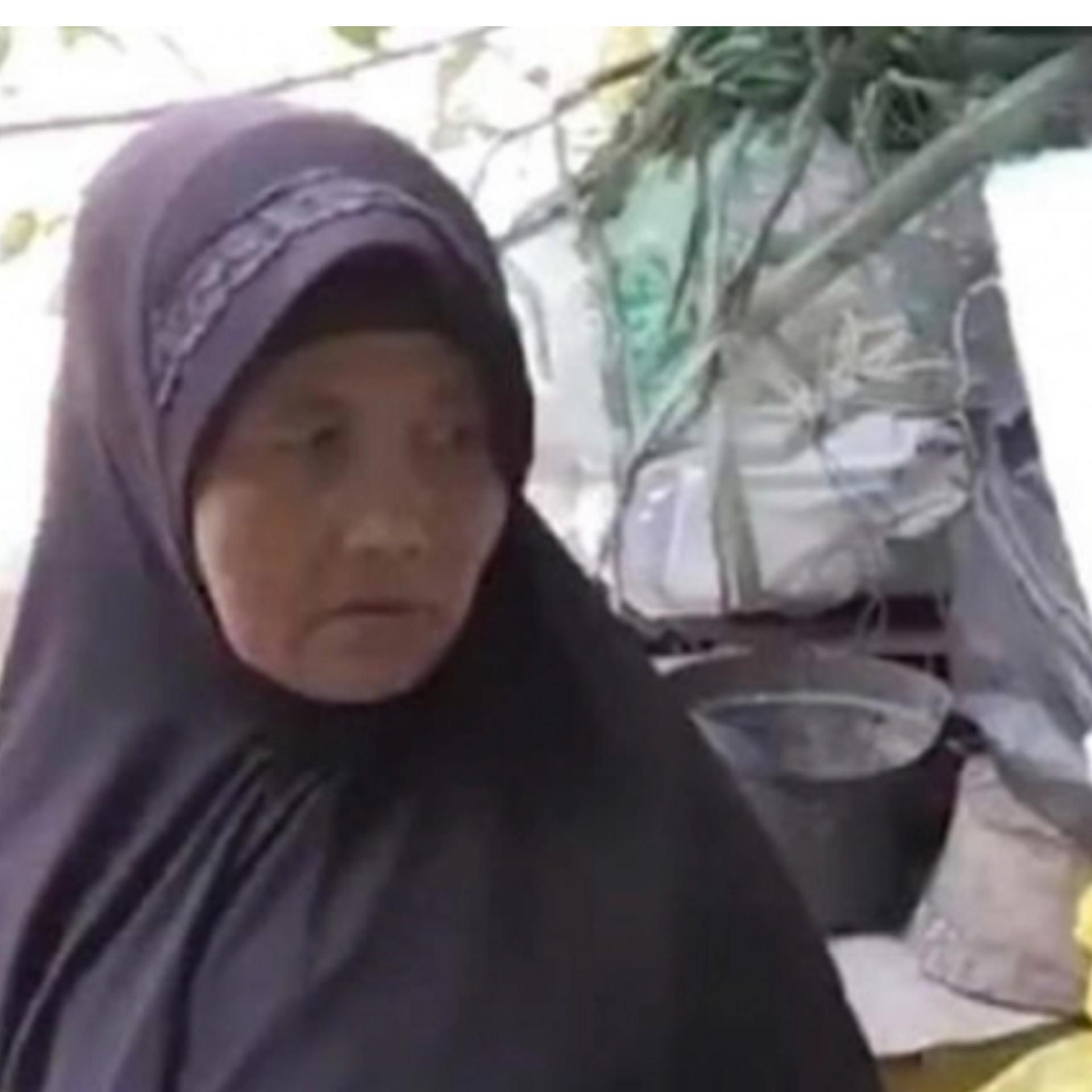 صورة عجوز اندونيسية تعمل في القمامة مدة 26 سنة  لتوفير مصاريف الحج !