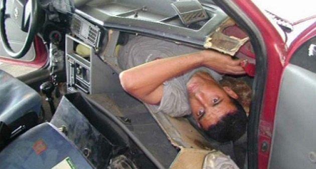 صورة اعتقال مغربي حاول تهريب قريبه سرا عبر سيارته