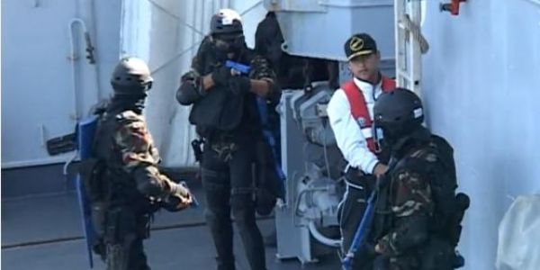 """صورة """"كوموندو"""" مكون من شرطة السعيدية ووجدة يحاصر خمسة أشخاص على متن ثلاث سيارات بشاطئ السعيدية ينشطون ضمن شبكة للاتجار الدولي في المخدرات"""
