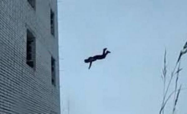 صورة مؤلم… سقوط ستيني من فوق سطح يُعَجِّل بوفاته على الفور