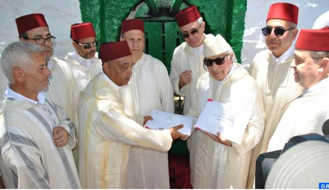 صورة بحضور عامل إقليم العرائش تقديم هبة ملكية للقيمين على ضريح مولاي عبد السلام