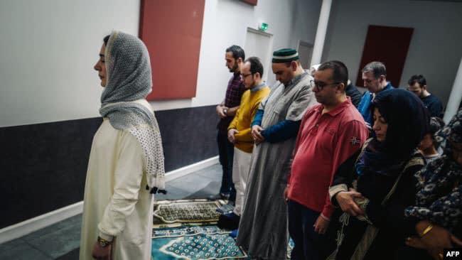 صورة امرأة تؤم المصلين في صلاة مختلطة بفرنسا !