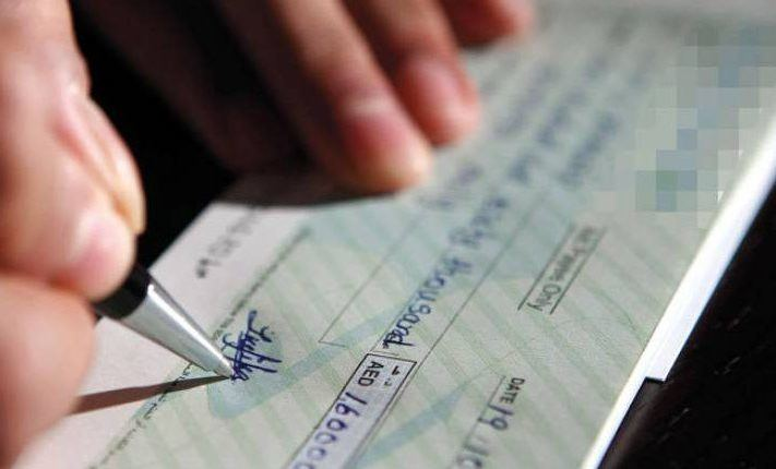صورة مواطن يخدر زوجته لاستغلالها في توقيع شيكات بدون رصيد