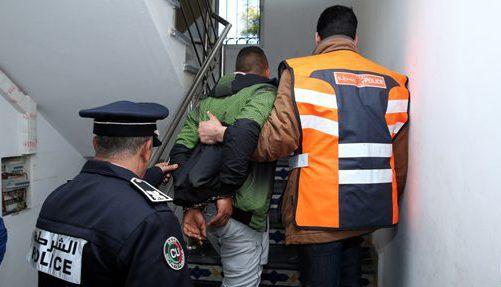 صورة اعتقال شخص متشرد ضبط متلبسا بالتغرير بطفلة عمرها 6 سنوات بعد محاصرته من طرف الساكنة في المضيق