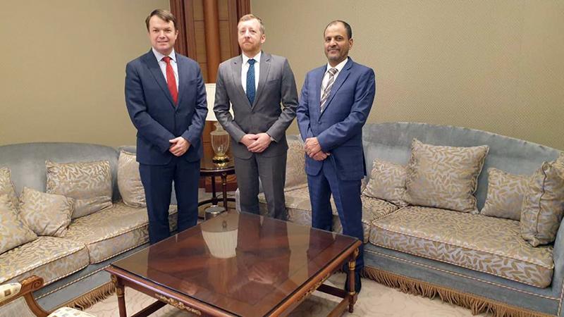 صورة اللواء شلال شايع يستقبل نائب السفير الأمريكي والعقيد مارك وايتمان