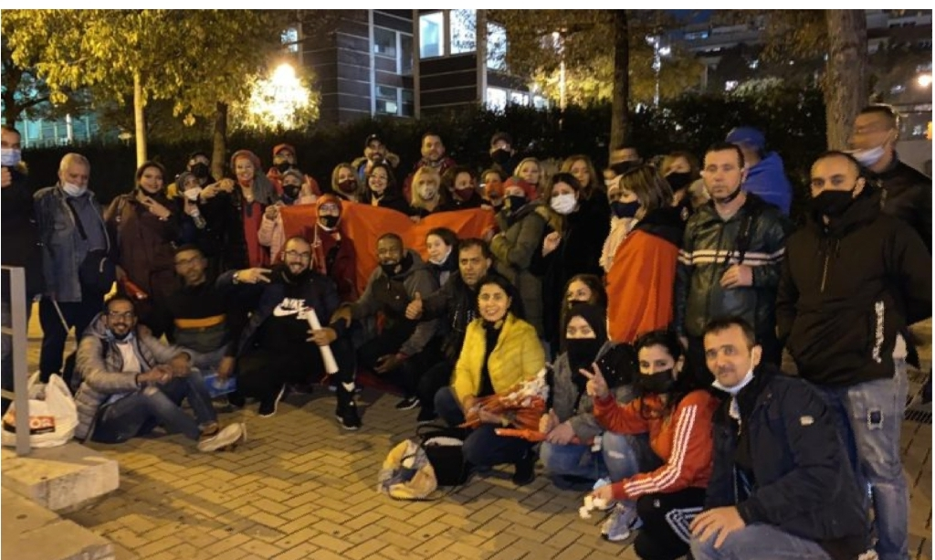 صورة مغاربة يطالبون إسبانيا بفتح العلاقات والإعتراف بمغربية الصحراء